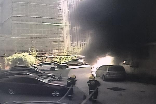 视频 | 上海光新路:一团火从天而降 smart被烧成骨架