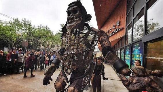 """上海惊现4米高的巨型木偶""""嘻嘻福"""""""