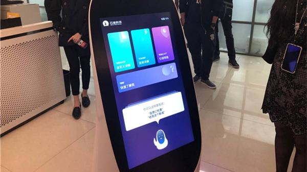 尝视 | 将亮相上交会的这台机器人 能接待访客还能送外卖