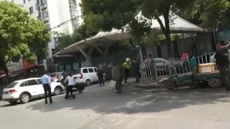 赤膊纹身男拒不接受交通处罚还挥拳打交警 三男子妨害公务被宝山警方依法刑拘