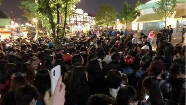 魔都11秒| 上海迪士尼小镇复联粉丝众多 现场客流已饱和