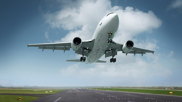 """""""飞机就要起飞,一个男人在机舱口跪下!""""催泪故事刷屏后,网友质疑:""""暖心文""""漏洞太多!"""