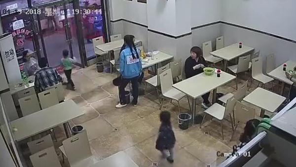 孕妇餐厅内伸脚绊倒4岁男童:男孩仍在医院观察,孕妇已自首