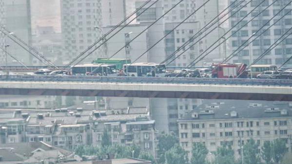 南浦大桥上午为何那么堵?主桥面多车相撞!