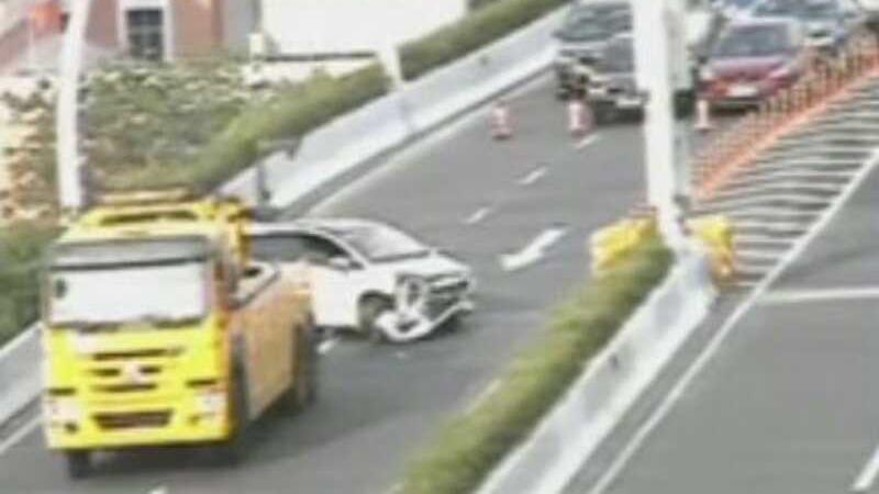 今早中环一轿车失控撞击护墙 造成车内两人受伤