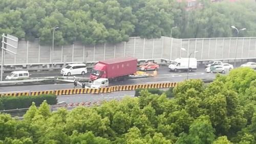 雨天路滑 今晨上海频发交通事故