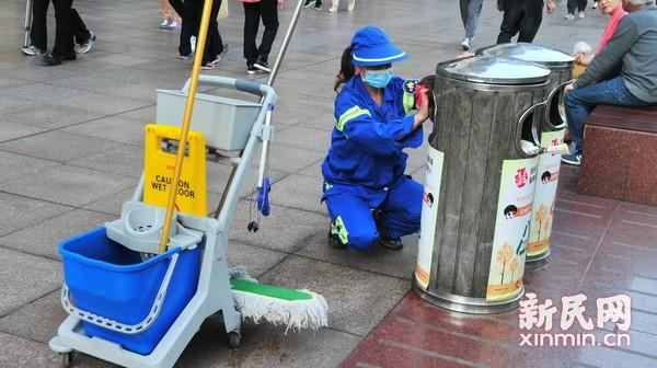 推进城市精细化管理 多功能保洁小车亮相步行街