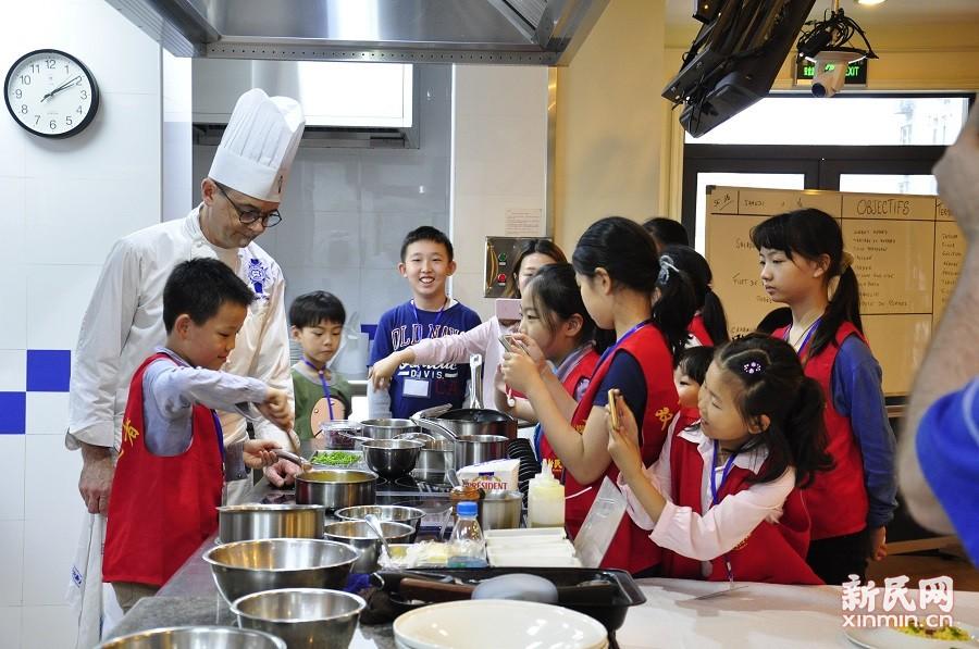 专访法国大厨,一场美食与智慧的碰撞——新民双语小记者专访蓝带国际厨艺学院