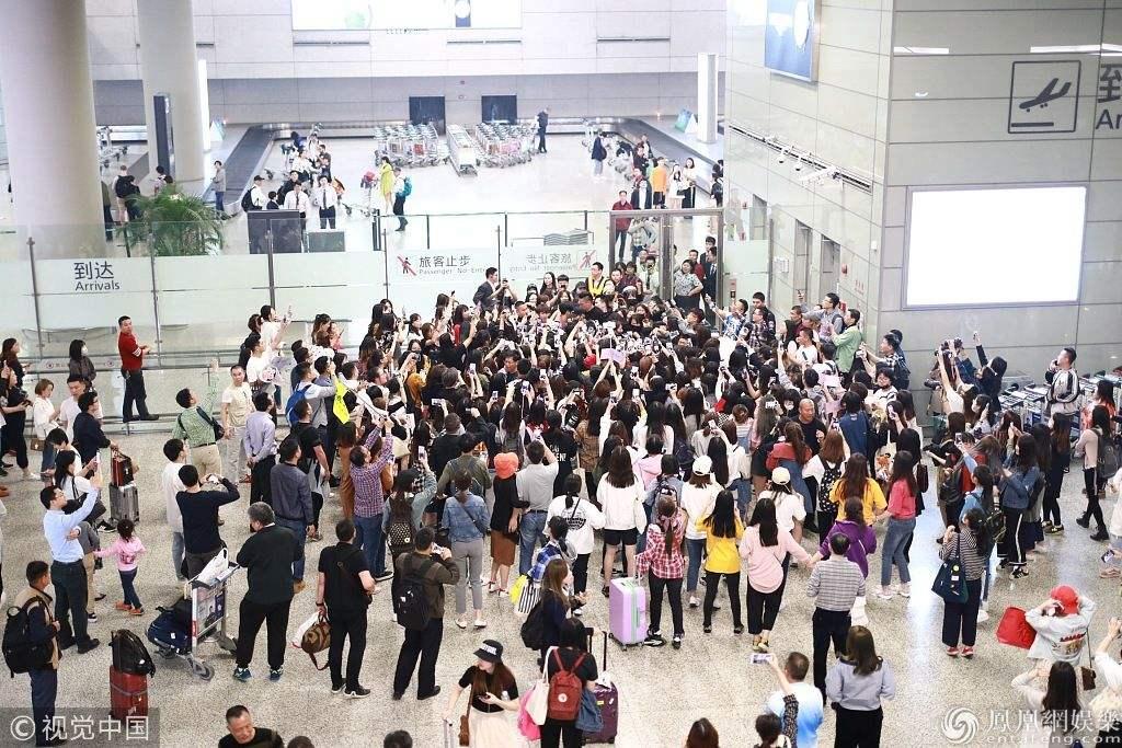 太疯狂!20多名粉丝在上海虹桥机场围堵偶像!
