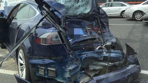 上海中环内圈大巴与特斯拉相撞 轿车严重受损 两人送医检查