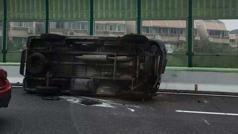 今晨中环广粤路段发生单车侧翻 造成早高峰严重拥堵