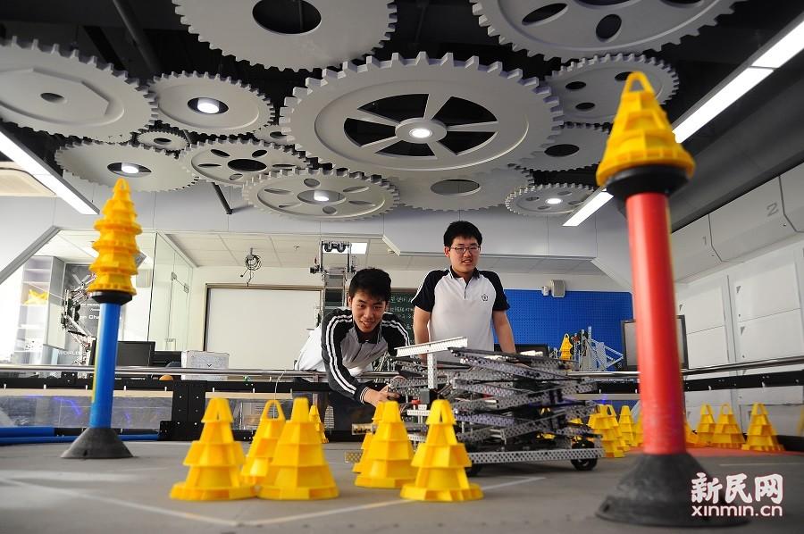 站在人工智能的高地,用坚持与自信引领向明创造——向明中学机器人社团:独领风骚