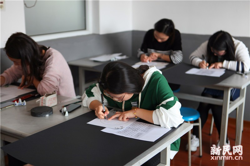 钱圩小学举行崇实苑青年教师写字比赛