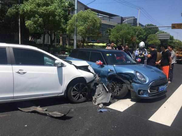 临虹路协和路路口两车发生碰撞 幸无人员伤亡