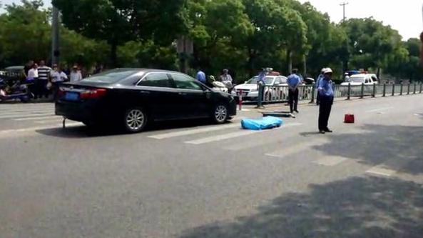 青赵公路近漕穗北路一轿车撞击自行车 骑车男子当场身亡