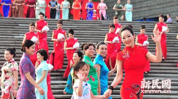 沪上旗袍佳丽聚集东方明珠  展演海派旗袍文化风情