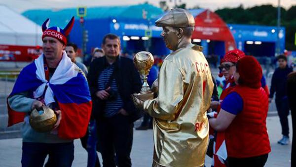 俄出租车冲撞人群致8伤 世界杯球迷合力擒获司机