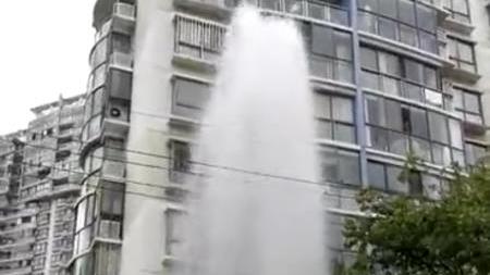 依维柯撞倒消防栓 水柱冲天六七米高