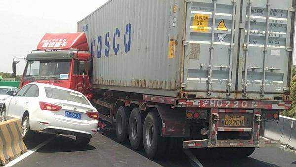 中午沈海高速嘉金段:集卡小轿车相撞,阻断所有通行车道