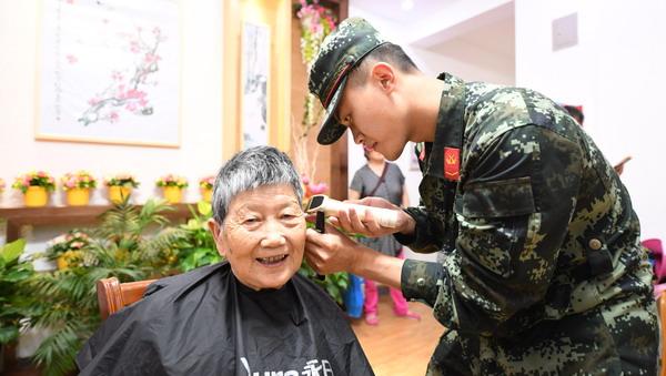 """端午节上海武警官兵与""""粽""""不同"""