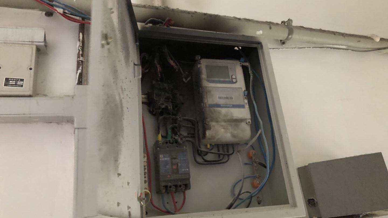 威海路上,一个配电箱冒烟引来3辆消防车