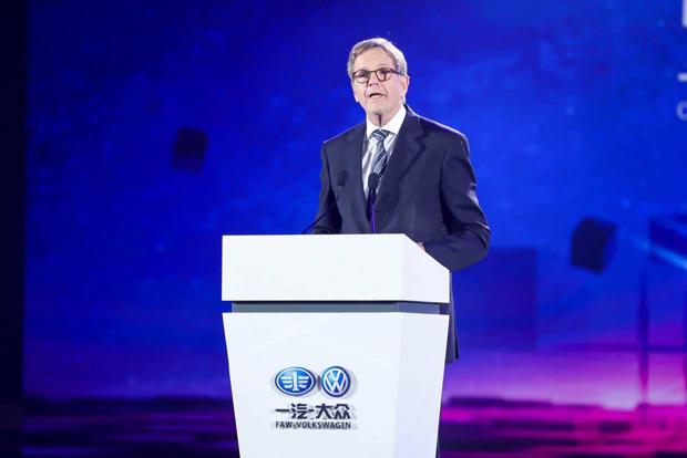 德国大众汽车集团管理董事会成员、大众汽车集团(中国)总裁兼CEO海兹曼教授致辞   德国大众汽车集团管理董事会成员、大众汽车集团(中国)总裁兼CEO海兹曼教授就一汽-大众电动汽车战略做出阐述。他表示,到2020年,华南基地将会成为一汽-大众电动汽车战略的样板工厂。届时,MEB平台这一专门针对纯电动汽车的模块化平台将被引入生产线。此外,MEB平台电池系统的组装也将在华南基地进行。   打造智慧工厂样板,推进数字化转型   今年,一汽-大众共有四个新基地将建成投产。25天前,华东基地刚刚在青岛圆满落成
