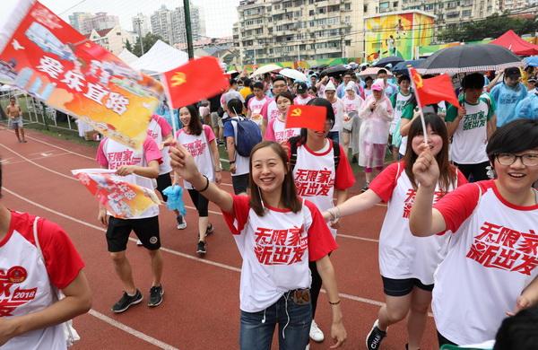 """白领搭乘""""改革开放专线"""", 组团过""""又红又潮""""七一建党节"""