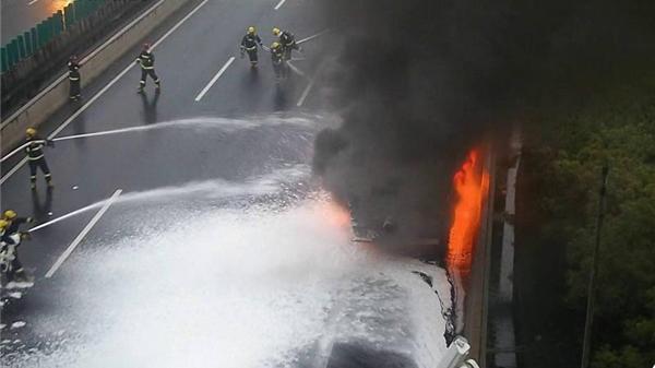 沈海高速一水泥槽罐车轮胎冒火 无人员伤亡
