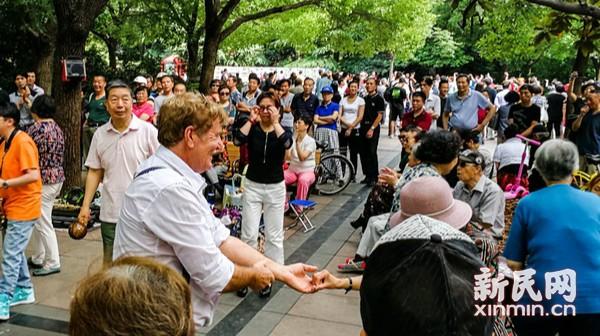 """外国游客""""入乡随俗""""广场舞"""
