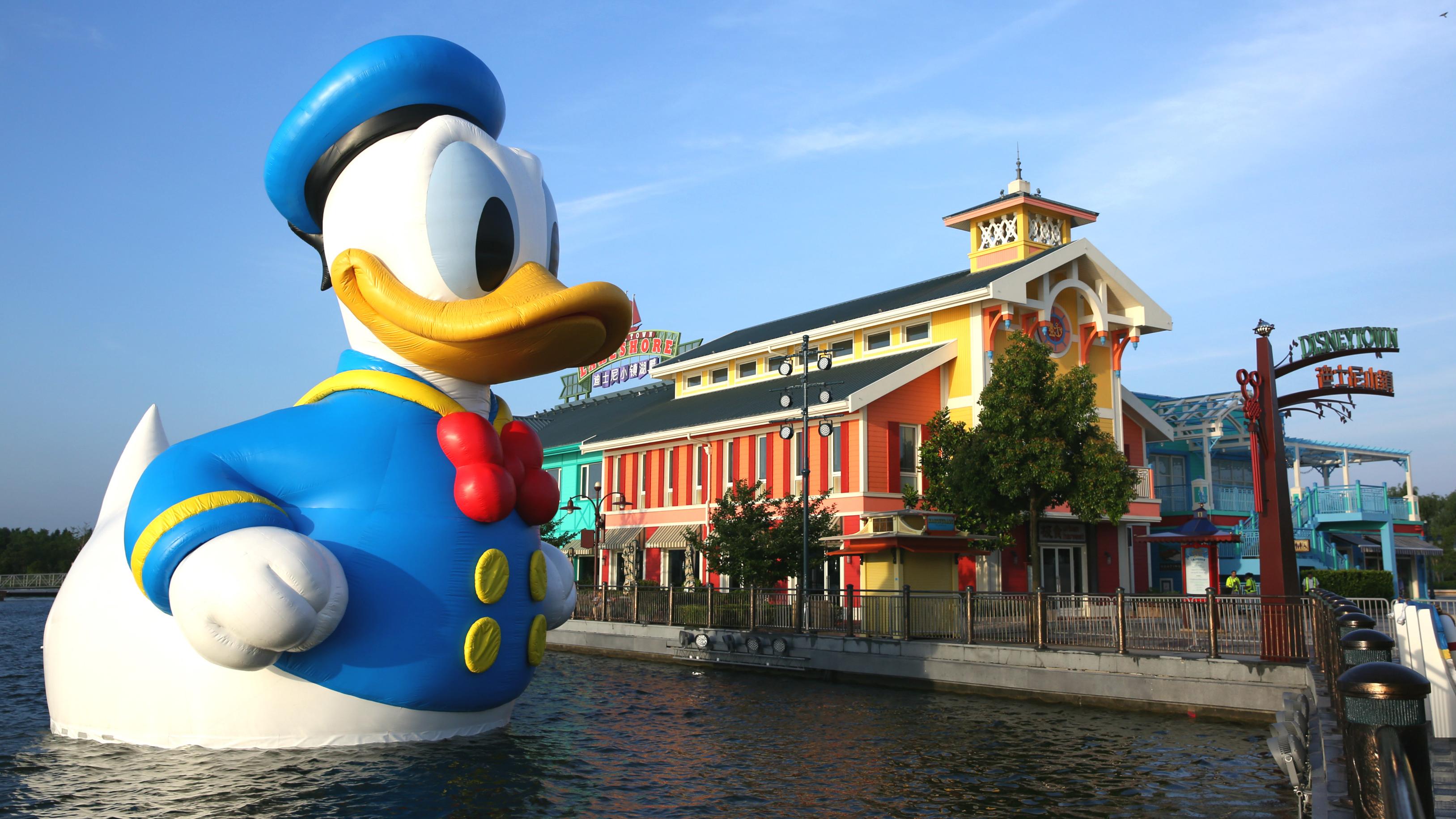 11米高巨型唐老鸭惊现上海迪士尼星愿湖 无需买票就能免费合影