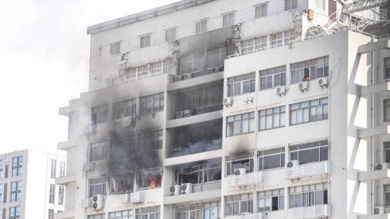 天目中路靠近共和新路口的海鸥康恒大厦起火 暂无人员伤亡