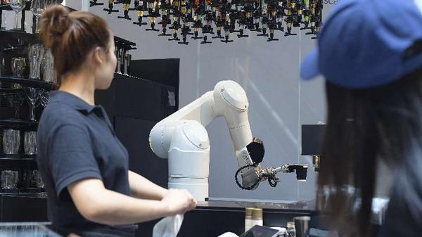 颤抖吧人类!上海这家店的机器人AI都能调出卡布奇诺了!