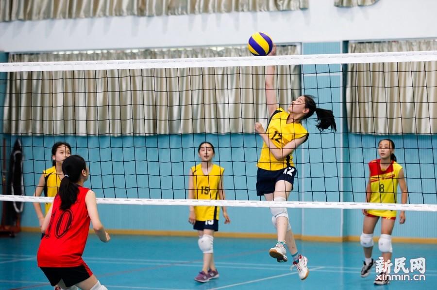 浙江省冠军岱山县高亭小学女子排球队到朱泾小学进行交流比赛