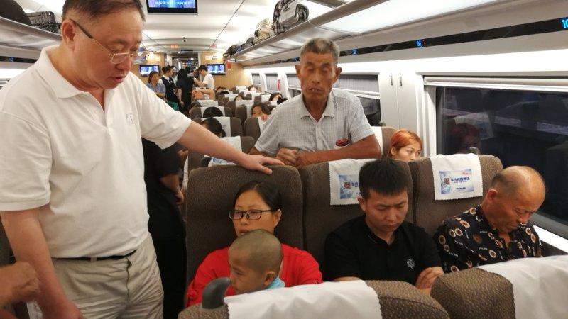 """暖心!被台风提前""""赶回""""上海的义诊医生,顺便在火车上给小男孩治了一回病"""