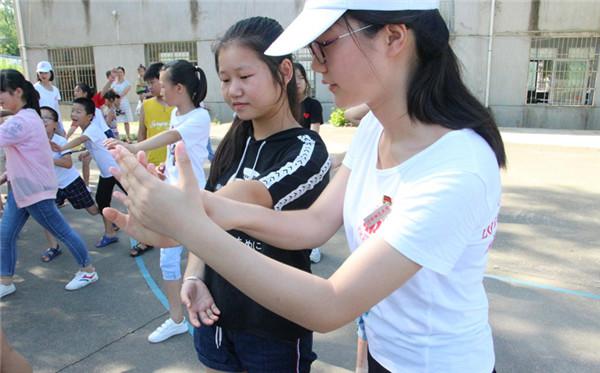 大学生暑期下乡教村里孩子练太极