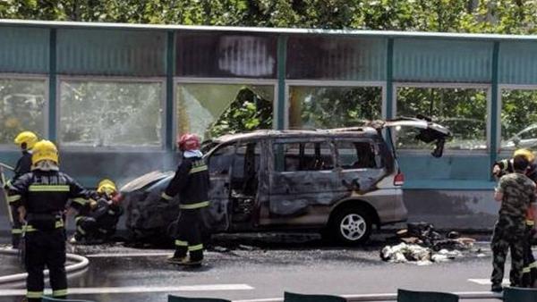 今日上午南北高架一商务车发生自燃 无人员伤亡