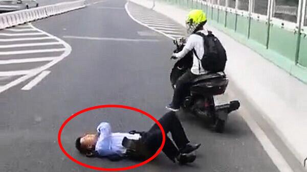 捉牢伊!上海南北高架,男子骑车撞完交警直接逃走...