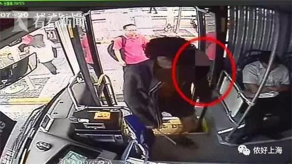 上海一男子持刀坐公交!司机这个举动救了全车乘客!