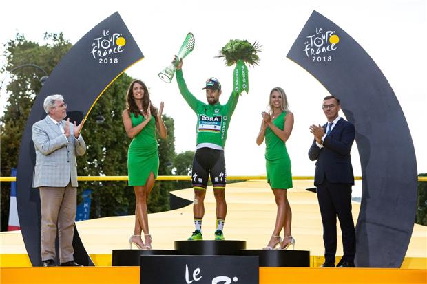 环法冠军托马斯获颁斯柯达水晶玻璃奖杯