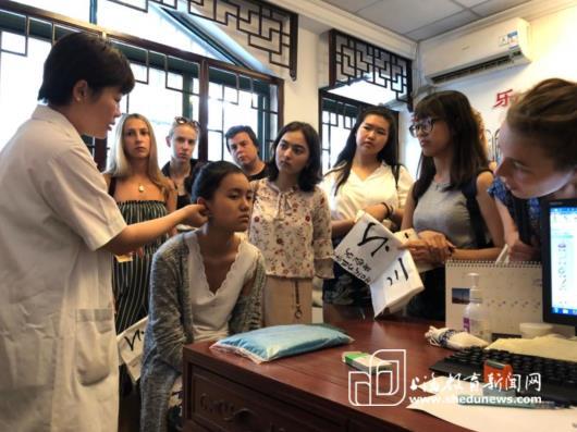 15国学生在沪学经络、打太极
