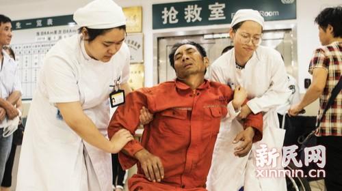申城高温病患骤增 医护人员坚守岗位