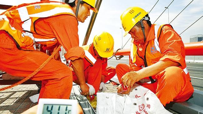 今日焦点 | 身穿各色工作服的劳动者是上海最美风景:致敬!酷暑下奔忙的彩虹色
