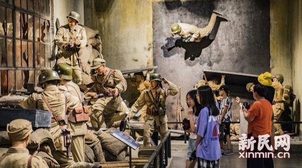 市民参观八·一三淞沪抗战纪念馆