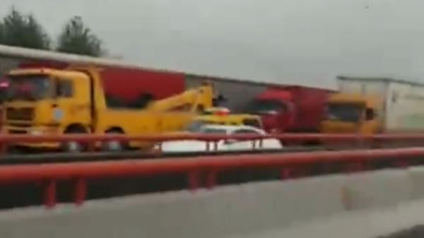 今晨S20外环高速5车追尾 其中一辆吊车吊臂插入货车箱体