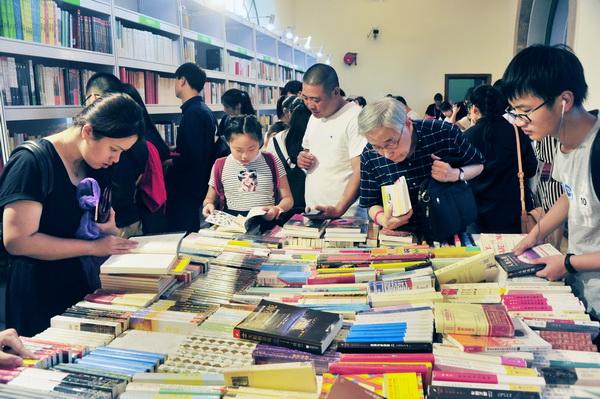 """2018上海书展昨闭幕 读者抓紧最后一天来""""扫书"""""""