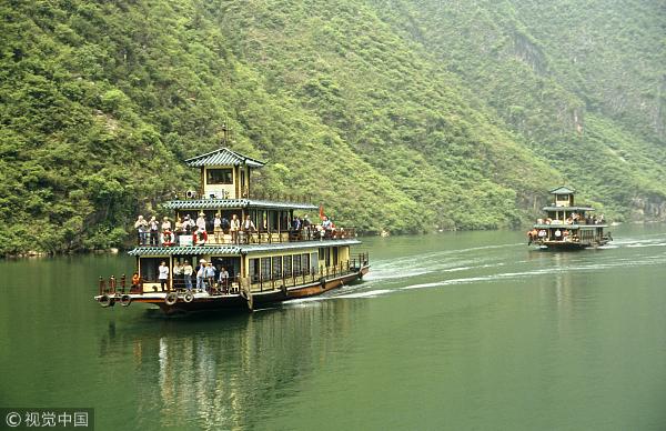 來源:視覺中國   全長近200公里的長江三峽是世界級黃金旅游線路,得天獨厚的自然風光和人文景觀吸引著海內外游客。上世紀90年代末,三峽游達到頂峰,船票一票難求,僅巫山縣年接待游客量就超過200萬人次,三峽游堪稱中國旅游的金字招牌。但高峰過后卻是長期的低谷,入境游客數量連年下滑,三峽游 風光不再?!督洕鷧⒖紙蟆酚浾呓谡{研發現,三峽游產品單一、文化內涵缺乏、無序競爭突出、行政分割導致整體規劃滯后,整體發展難以跟上消費升級的新變化。   曾經一票難求如今境地尷尬   長江三峽是世界上唯一