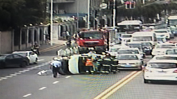 威宁路两车碰撞致侧翻 消防、民警合力推车扶正