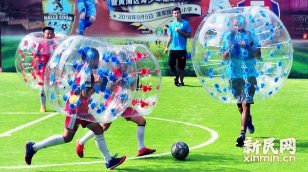 足球进校园 老外与小球员互动