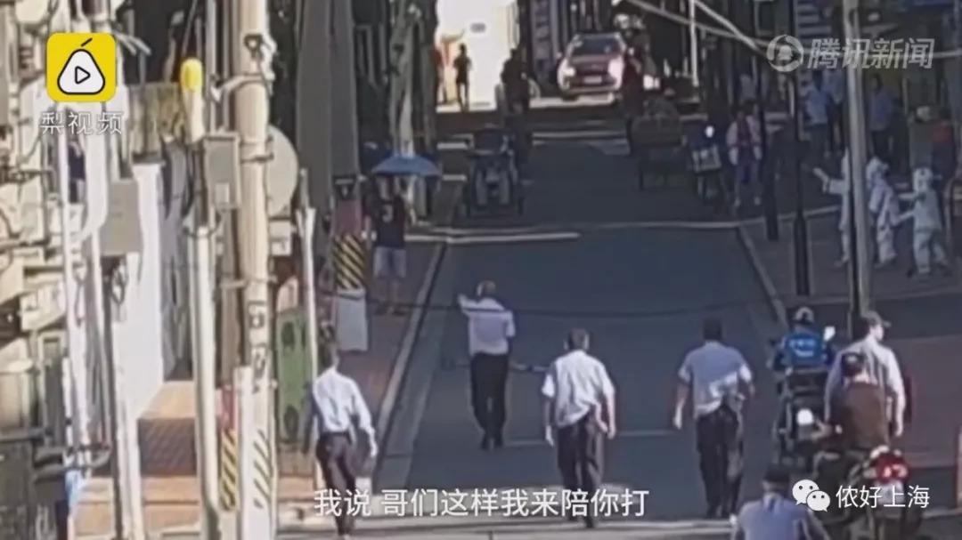 上海一男子要钱不成,竟当街摔打老母亲!