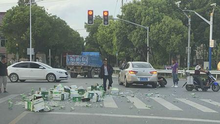 啤酒洒落致轿车爆胎、交通混乱 路过民警及时处置